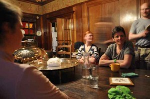 Die Küche ist zu klein geworden, wir geniessen den Meringuen-Schmaus nach getaner Arbeit neuerdings im Esszimmer (Durchmesser: ca. 20 cm!)
